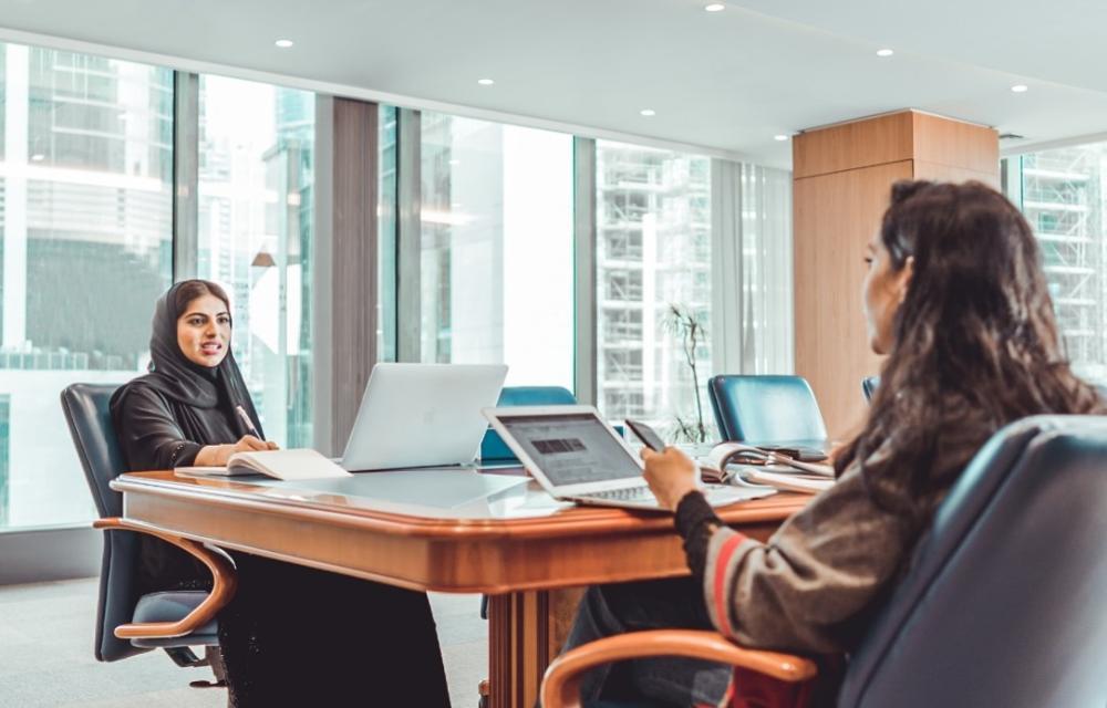 صورة للعمل في غرفة الاجتماعات